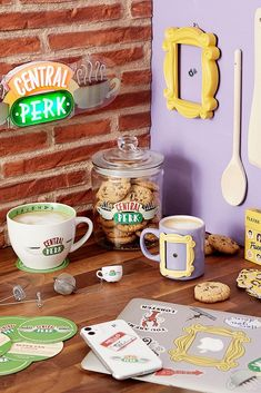 Store your sweets with this essential cookie jar featuring a Central Perk motif from the iconic television series Friends. Friends Tv Show Gifts, Friends Tv Quotes, Friends Poster, Friends Moments, Friend Memes, Friends Merchandise Tv Show, Friends Episodes, Friends Series, Friends Picture Frame