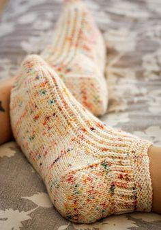 Calentito Knitting pattern by Kristen Jancuk – Knitting Socks Knitting Patterns Free, Knit Patterns, Free Knitting, Knitted Socks Free Pattern, Stitch Patterns, Knitted Slippers, Patterned Socks, Knitting Socks, Knit Socks