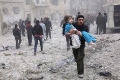 Las fotos del año 2013: Febrero   Fotogalería   3 de febrero de 2013. Un hombre lleva una niña en brazos en Alepo, Siria, después de que un bombardeo destruyera una casa y matara a varias personas. Foto: EFE.