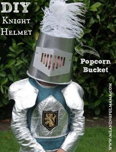 DIY knight helmet from a popcorn bucket - what? Do you have a little knight in your life that needs a homemade knight helmet to spark his or her imagination? Diy Knight Costume, Knight Costume For Kids, Homemade Costumes, Diy Costumes, Halloween Costumes, Costume Ideas, Zombie Costumes, Halloween Couples, Creative Costumes