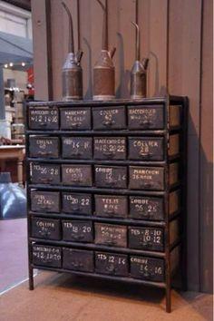 Antiker Schrank für eine industrielle Ausstrahlung. Noch mehr Einrichtungsideen gibt es auf www.spaaz.de