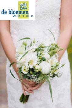 Wit speels bruidsboeket met pioenrozen