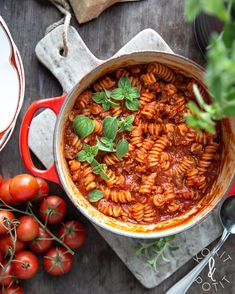 One pot -pasta eli yhden padan kasvispasta Vegan Recipes Easy, Real Food Recipes, Vegetarian Recipes, Cooking Recipes, Couscous Recipes, One Pot Pasta, Cook At Home, Molecular Gastronomy, Amigurumi
