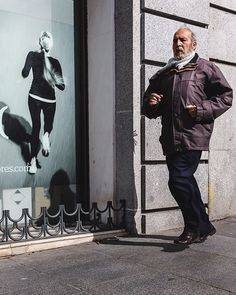 Una carrerita . . . #streetphotography #composition #moment #color #madrid #people #fb #running