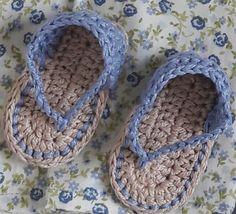 Sandália para bebê de 0 a 3 meses, comprimento de 8cm de sola, confeccionado em crochê nas cores azul e bege.  Sola grossinha e linha em algodão. Podendo ser confeccionado em outras cores e tamanhos.