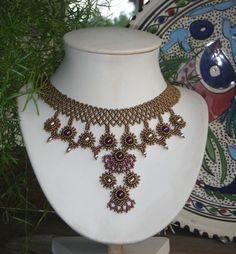 [ Tuto #DIY ] Des perles rocailles, des rondes et des olives nacrées : voici ce qu'il vous faut pour réaliser ce collier technique mais très sympa ! Le tuto est ici >>> http://www.perlesandco.com/Mademoiselle_Sandrine_collier_Rocailles_et_rondes_nacrees-s-2392-5.html