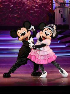 Mickey And Minnie Love, Mickey Mouse And Friends, Mickey Minnie Mouse, Mickey And Minnie Costumes, Minnie Mouse Pictures, Disney Pictures, Disney Art, Disney Pixar, Walt Disney
