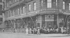 Es folgen eine Reihe von historischen Fotos, die alle nach 1900 aufgenommen wurden. Ziegfeld Follies, This Girl Can, Dance Hall, Cabaret, Vienna, Night Club, Louvre, Street View