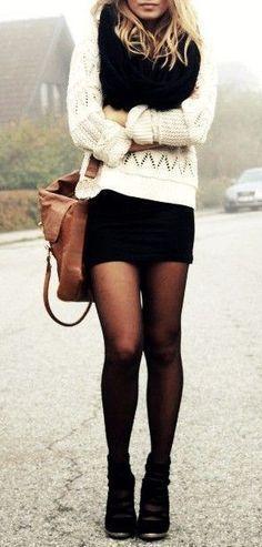 Blusa branca, lenço da blusa de frio preta, saia cinza e bota cano baixo