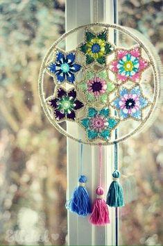 Zoals beloofd zou ik jullie nog een leuke toepassing laten zien van de Vintage Glamour Christmas Stars As promised I would show you something you can also make of the Vintage Glamour Christmas Stars Crochet Home Decor, Crochet Crafts, Crochet Projects, Knit Crochet, Mandala Au Crochet, Crochet Doilies, Dreamcatcher Crochet, Vintage Glamour, Wall Hanger