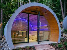 Le sauna traditionnel est équipé d'un poêle à bois, accessible par une porte à l'arrière du module. La paroi courbe est recouverte de bois de cèdre rouge Canadien, Hemlock ou Ayous, au choix, tandis que le fond est habillé de pierres naturelles avec rétroéclairage LED.