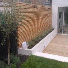 Exclusieve hardhouten schuttingen en tuinafscheidingen met een prachtig design v… Exclusive hardwood fences and garden fencing with a beautiful design can be found at Ronduit Hout. We take care of the design, assembly and installation. Back Gardens, Outdoor Gardens, Contemporary Garden Design, Contemporary Fencing, Modern Design, Terrace Garden, Garden Beds, Terrace Ideas, Sky Garden
