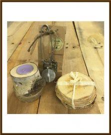 Thee met houten theelichthouder en houten onderzetters