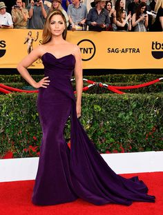 SAG Awards 2015: Fashion—Live from the Red Carpet – Vogue Camila Alves in Donna Karan Atelier and Martin Katz earrings #SAGAwards #redcarpet #camilaalves