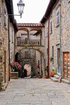 Arches, Linigiano, Italy photo via crescent