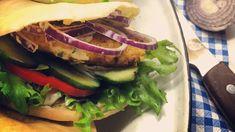 Hjemmelaget kyllingburger i pita med hvitløksdressing