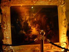Quadro posto dove morì Nelson e raffigurante la scena. Il corpo venne messo in un barile di brandy diluito di acqua vite per la conservazione fino al ritorno in Inghilterra dove venne esposto e poi seppellito.