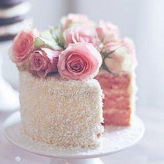 bolo pequeno e romântico, ideal para uma recepção de casamento