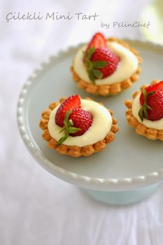 Çilekli Mini Tart I can& get enough to eat or watch the strawberry. I& thankful I& thankful that my pregnancy coincided with strawberr. Dessert Oreo, My Dessert, Desserts Keto, Mini Desserts, Sweet Recipes, Cake Recipes, Dessert Recipes, Pasta Torte, Eclair Recipe