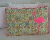 Grand coussin Flamant rose Liberty et rose fluo : Textiles et tapis par mademoisellelily sur ALittleMarket