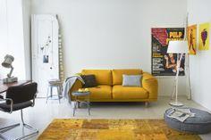 Un canapé et un tapis jaunes pour une décoration fraîche et ...