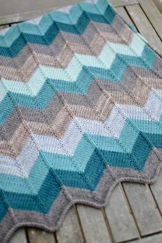 Une superbe couverture chevrons au tricot par Elise Dupont !