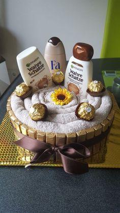 Towel Cake - Cake # Packaging - Larissa Hill - Money Gifts G . Diy Birthday, Birthday Gifts, Birthday Money, Birthday Basket, Birthday Ideas, Don D'argent, Mother's Day Gift Baskets, Raffle Baskets, Cake Packaging