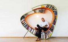 Cadeira e estante de livros num móvel só