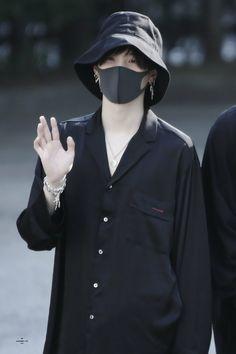 Min Yoongi, the most wanted serial killer of all time in Asia. Park Jimin, a cute c. Suga Suga, Min Yoongi Bts, Min Suga, Bts Bangtan Boy, Kim Namjoon, Foto Bts, Bts Photo, Bts Airport, Airport Style
