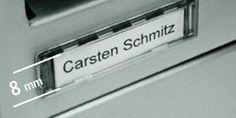 Das Namensschild an einer Briefkastenanlage