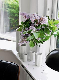 Villa i det grønne: Design & vintage i harmoni Danish Modern, Nordic Chic, Villa, Egg Designs, Porcelain Ceramics, Painted Porcelain, Porcelain Tiles, Porcelain Jewelry, Fine Porcelain
