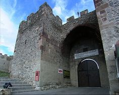 Ardahan kalesi Classical Ottoman fortress castle in view, the main entrance is from the west and has a high arch of the iwan-style entrance door. The entrance door has a built in 963 AH dated inscription on the label. Forming rectangular walls throughout are supported by a large number of frame-based and polygonal shaped tower. There is a mosque and baths in the remains of the castle. Castle Dender those, masonry, it is like a small extent been dealt polygonal towers and a variation .