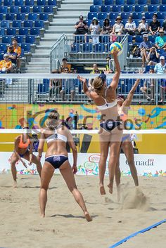 USA vs El Salvador in the Preliminary Round of Women's Beach Volleyball at the Toronto 2015 Pan Am Games. Beach Volleyball Girls, Volleyball Shorts, Volleyball Players, Cheerleading, Figure Drawing Female, Basketball Court, Soccer, Sports Figures, Woman Beach