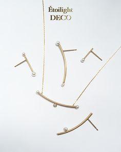 """K18のカーブパイプにアコヤ真珠とダイヤモンドをつけたネックレスです。Material:K18YG、ダイヤモンド、アコヤ真珠(直径約2.8mm)Diamond カラット : 約0.033ct (直径約2mm)Size : 長さ約40cm (37cmに調節可) / パイプ横幅 約3.5cm (パールを含む)*大変希少なサイズのアコヤ真珠を使用しておりますので、なくなり次第販売終了になる可能性もございます。- Diamond Grade -Color(カラー):FClarity(クラリティー):VSクラスCut(カット):Very GoodÉtoilightではデイリーに最高級の輝きを身につけて頂きたい想いから、老舗高級ジュエリーメゾンのブライダルラインで使用されている""""ハイグレードのダイアモンド""""をDaily CollectionのFine Decoでも選別しております。最高級の輝きを心と肌で感じて下さい。一つ一つ熟練の職人による手作業で丁寧にMade in Japanのジュエリーを制作しております。オーダーを受けてからの制作となるオートクチュール(受..."""