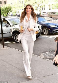 Model day out: Gisele Bundchen showcased her impossibly long legs as she stepped out on the sidewalk in New York City on Tuesday Gisele Bundchen, Model Street Style, Street Style Women, Brazilian Supermodel, Fashion Outfits, Womens Fashion, Fashion Trends, Fashion Ideas, Fashion Details