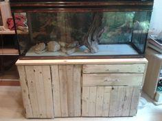Meuble d'aquarium, avec un rangement pour les chaussures, deux tiroirs, placards et emplacement de la pompe externe de l'aquarium. 120/42 cm sur 80 cm de Hauteur. EN COURS DE RÉALISATION... A la base nous sommes partis sur l'idée de mettre des poignées...
