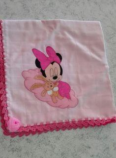 Fralda cor-de-rosa 100%co, com a Minnie a dormir , com crochet e aplicação de flor. Ainda há espera da companhia de uma princesa  #umtoquedeamorebomgosto #encomendas