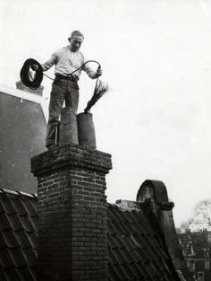 Chimney sweeper at work in Amsterdam. Amsterdam Photos, Amsterdam Holland, Old Pictures, Old Photos, Vintage Photos, Rotterdam, Safari, Chimney Sweep, Life Is Strange