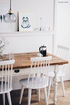 Esszimmer | weiße Stühle & brauner Tisch