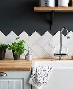 Of je nou een keukenprinses bent of niet - een spetter hier en daar is al snel g. Whether you are a kitchen princess or not - a splash here and there quickly happened. We give you tips for choosing the right back wall. Warm Interior, Wooden Kitchen, Ikea Kitchen Design, Interior, Diy Home Improvement, Kitchen Decor, Home Decor, Modern Wooden Kitchen, Home Kitchens