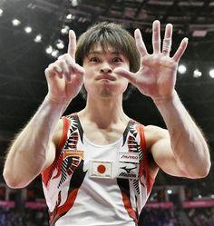 体操の世界選手権男子個人総合で6連覇を達成し、ポーズをとる内村航平=30日、英グラスゴー(共同)