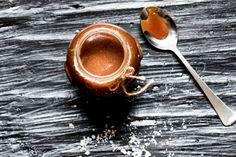 Egyszerű, házi sós karamell: ezt egyszerűen nem lehet abbahagyni - Recept   Femina Measuring Spoons, Cake Recipes, Baking, Tableware, Food, Pesto, Addiction, Caramel, Dinnerware