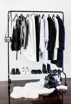 Portant noir dans une chambre de style minimaliste