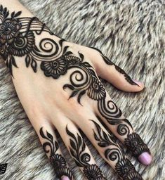 Putting Mehndi on their hands and getting all ready for the evening pooja is our custom. Here are the top 20 Mehndi Designs for Karwa Chauth. Henna Tattoos, Et Tattoo, Henna Tattoo Designs, Henna Ink, Henna Mehndi, Foot Henna, Paisley Tattoos, Mehndi Tattoo, Geometric Tattoos
