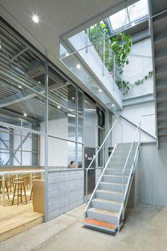 Escaleras. Blue Bottle Coffee Kiyosumi-Shirakawa Roastery & Cafe por Jo Nagasaka / Schemata Architects. Fotografía © Takumi Ota.