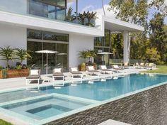 Une #piscine avec plage immergée et spa. Le tout miroir... Une très belle réalisation dédiée à tous les usages. @Vivre ma Piscine