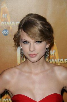Taylor Swifts wavy, blonde updo