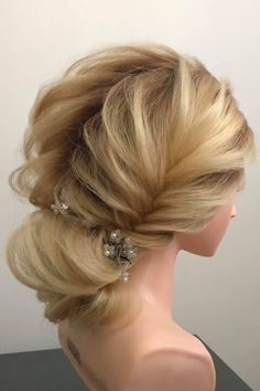 Fotogalerie svatebních účesů pro nevěsty. Svatební účesy pro blondýnky, tmavovlásky. Účesy polodlouhé vlasy, dlouhé vlasy, krátké vlasy, rozpuštěné vlasy. Praha, Fashion, Moda, La Mode, Fasion, Fashion Models, Trendy Fashion