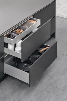 SieMatic INSIDE for drawers and pull-outs: The internal drawer – As a second level in a drawer, it offers even more variability and also ensures a cleaner look to the front panel with fewer joints.