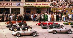 1961 GP Niemiec (Nurburgring) (#4Phil Hill Ferrari 156, #1 Jack Brabham Cooper T58 - Climax, #7 Stirling Moss Lotus 18/21 - Climax, #8 Jo Bonnier Porsche 718, Drugi rząd:                                                      #3 Wolfgang von Trips Ferrari 156, #17 Graham Hill BRM P48/57 - Climax, #9 Dan Gurney Porsche 718)